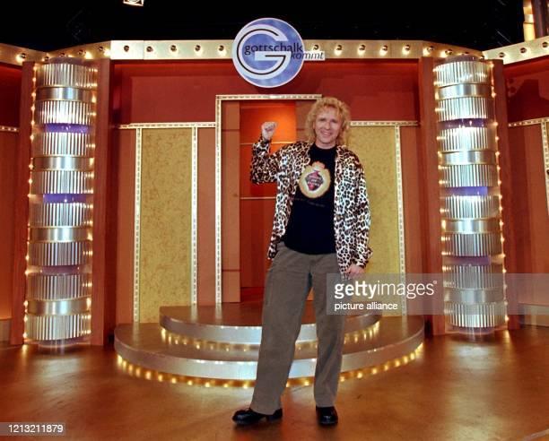 In legerer Kleidung posiert der Entertainer und Fernsehmoderator Thomas Gottschalk am 2691998 vor Beginn seiner neuen LiveSendung Gottschalk kommt im...