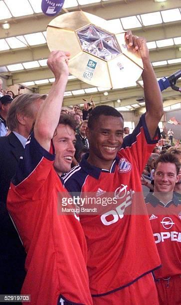 FINALE in Leverkusen SV WERDER BREMEN FC BAYERN MUENCHEN 12 Lothar MATTHAEUS und Paulo SERGIO/BAYERN mit Pokal