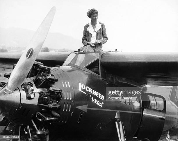 In Los Angeles the pilot Amelia EARHART posed standing on her plane the Lockheed Vega with which she was to participate in the first women's Derby...