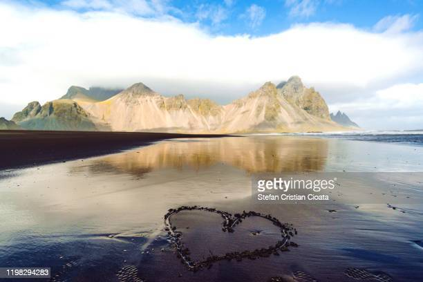 in love with iceland vestrahorn mountain (stokksnes peninsula in southeast iceland). - países del golfo fotografías e imágenes de stock