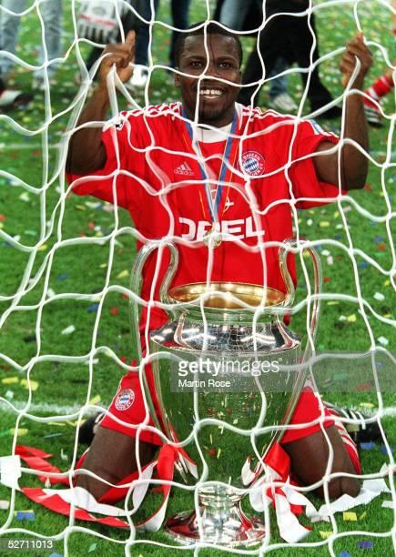 FINALE in Mailand FC BAYERN MUENCHEN FC VALENCIA 65 nach Elfmeterschiessen FC BAYERN MUENCHEN CHAMPIONS LEAGUE SIEGER 2001 JUBEL Samuel KUFFOUR/BAYERN