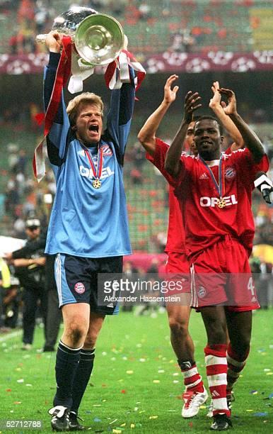 FINALE in Mailand FC BAYERN MUENCHEN FC VALENCIA 65 nach Elfmeterschiessen FC BAYERN MUENCHEN CHAMPIONS LEAGUE SIEGER 2001 TORWART Oliver KAHN mit...