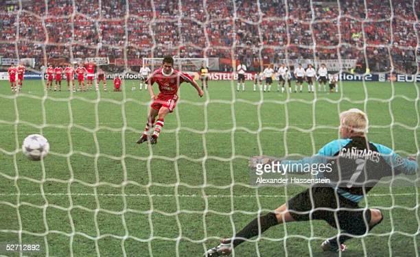 FINALE in Mailand FC BAYERN MUENCHEN FC VALENCIA 65 nach Elfmeterschiessen FC BAYERN MUENCHEN CHAMPIONS LEAGUE SIEGER 2001 Bixente LIZARAZU/BAYERN...