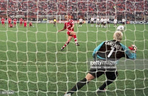 FINALE in Mailand FC BAYERN MUENCHEN FC VALENCIA 65 nach Elfmeterschiessen FC BAYERN MUENCHEN CHAMPIONS LEAGUE SIEGER 2001 Stefan EFFENBERG/BAYERN...