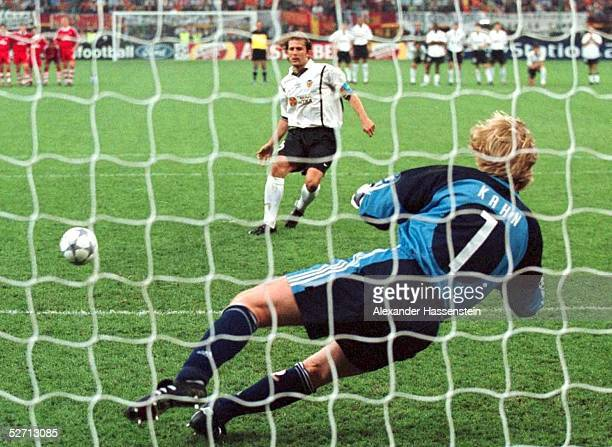 FINALE in Mailand FC BAYERN MUENCHEN FC VALENCIA 65 nach Elfmeterschiessen FC BAYERN MUENCHEN CHAMPIONS LEAGUE SIEGER 2001 MENDIETA/VALENCIA...