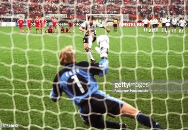 FINALE in Mailand FC BAYERN MUENCHEN FC VALENCIA 65 nach Elfmeterschiessen FC BAYERN MUENCHEN CHAMPIONS LEAGUE SIEGER 2001 TORWART Oliver KAHN/BAYERN...