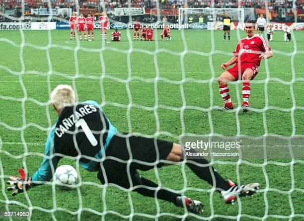 FINALE in Mailand FC BAYERN MUENCHEN FC VALENCIA 65 nach Elfmeterschiessen FC BAYERN MUENCHEN CHAMPIONS LEAGUE SIEGER 2001 TORWART Santiago...