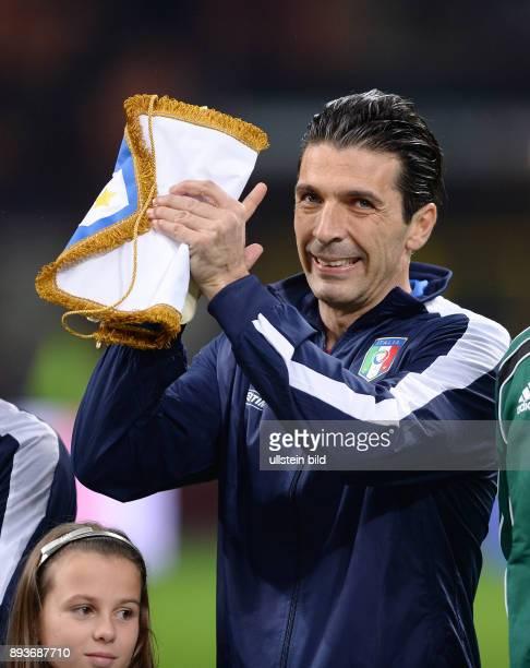 FUSSBALL INTERNATIONALES TESTSPIEL in Mailand Italien Deutschland Fair Play Torwart Gianluigi Buffon reagiert auf Pfiffe der italienischen Fans im...