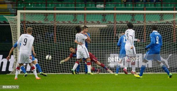 FUSSBALL INTERNATIONALES TESTSPIEL in Mailand Italien Deutschland Mats Hummels erzielt das Tor zum 10 Torwart Gianluigi Buffon sieht schlecht aus und...