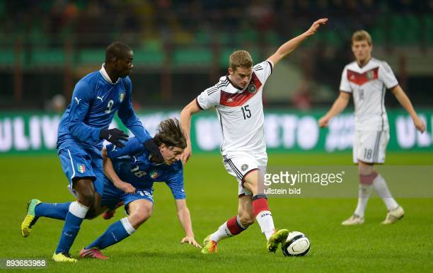 FUSSBALL INTERNATIONALES TESTSPIEL in Mailand Italien Deutschland Lars Bender gegen Riccardo Montolivo und Mario Balotelli