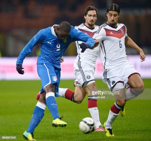 FUSSBALL INTERNATIONALES TESTSPIEL in Mailand Italien Deutschland Mario Balotelli gegen Sami Khedira und Mats Hummels
