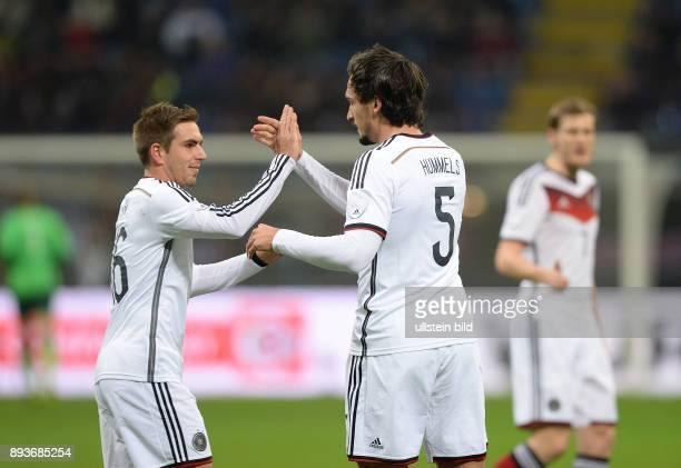 In Mailand Italien - Deutschland Philipp Lahm und Mats Hummels klatschen ab.