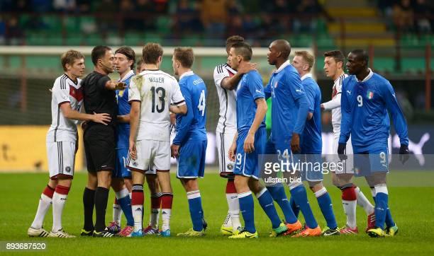 FUSSBALL INTERNATIONALES TESTSPIEL in Mailand Italien Deutschland Rudelbildung Schiedsrichter Olegario Manuel Bartolo Faustino Benquerenca versuchen...