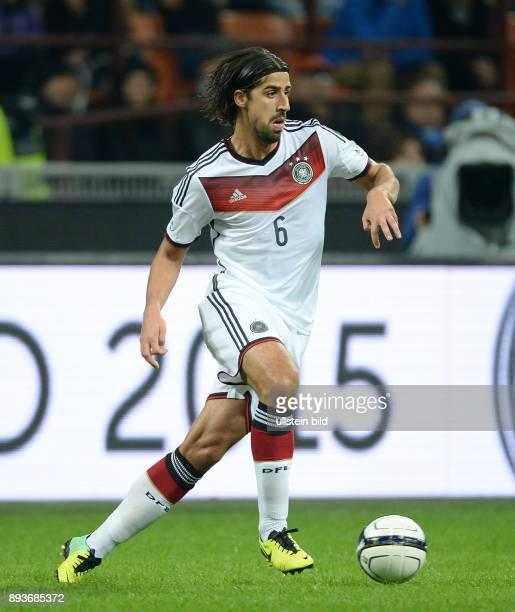 FUSSBALL INTERNATIONALES TESTSPIEL in Mailand Italien Deutschland Sami Khedira am Ball