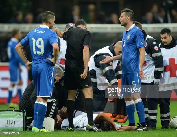 FUSSBALL INTERNATIONALES TESTSPIEL in Mailand Italien Deutschland Sami Khedira liegt verletzt auf dem Spielfeld Leonardo BONUCCI und Thiago MOTTA...