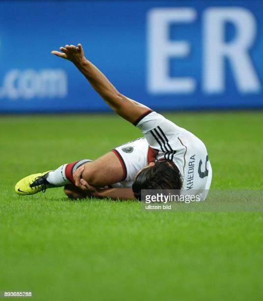FUSSBALL INTERNATIONALES TESTSPIEL in Mailand Italien Deutschland Sami Khedira liegt verletzt auf dem Spielfeld