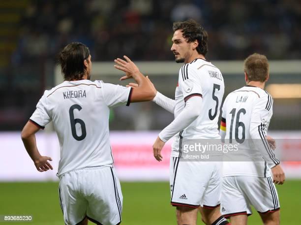 In Mailand Italien - Deutschland Sami Khedira und Mats Hummels klatschen ab.