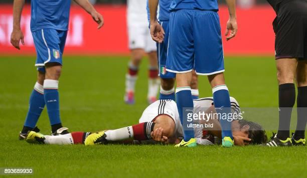 FUSSBALL INTERNATIONALES TESTSPIEL in Mailand Italien Deutschland Sami Khedira verletzt am Boden und haelt sich das Knie