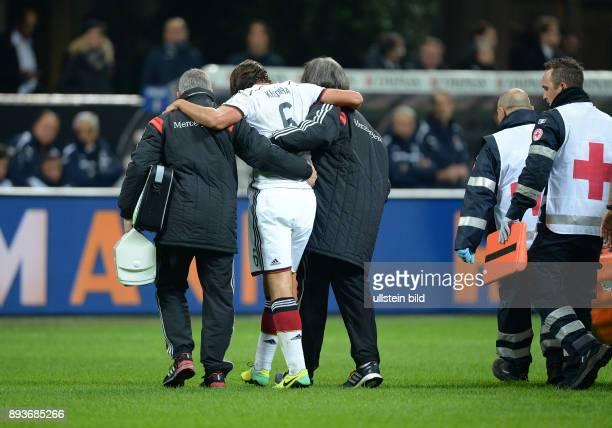 FUSSBALL INTERNATIONALES TESTSPIEL in Mailand Italien Deutschland Sami Khedira wird verletzt vom Feld gebracht