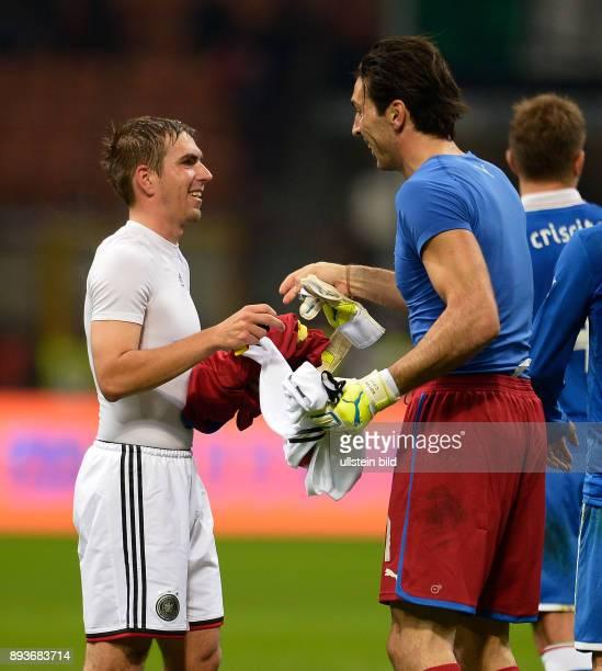 FUSSBALL INTERNATIONALES TESTSPIEL in Mailand Italien Deutschland Trikottausch Philipp Lahm und Torwart Gianluigi Buffon tauschen nach dem Spiel ihre...