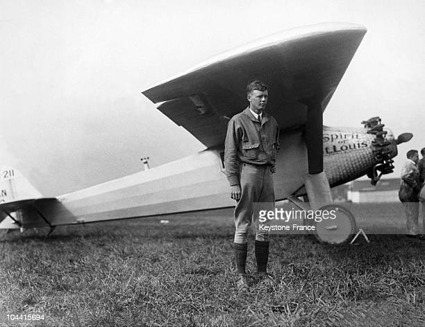 In May 1927 the American aviator Charles LINDBERGH poses before the SPIRIT OF SAINT LOUIS his selfdesigned monoplane built by the company RYAN The...