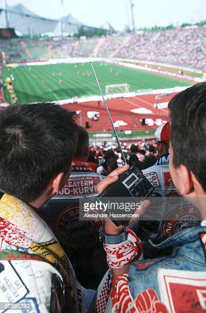 1 BUNDESLIGA 99/00 in Muenchen FC BAYERN MUENCHEN FC HANSA ROSTOCK 41 FANS verfolgen im Stadion das Bundesligageschehen am RADIO