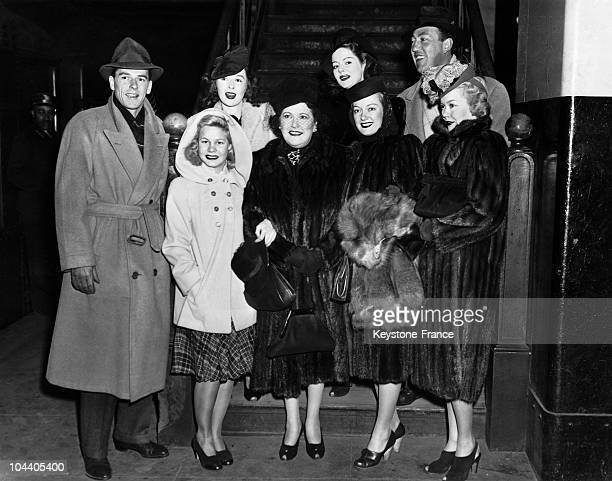 In New York from left to right American actor Ronald REAGAN star June PREISSER movie columnist Louella PARSONS Joy HODGE and American actrice and...