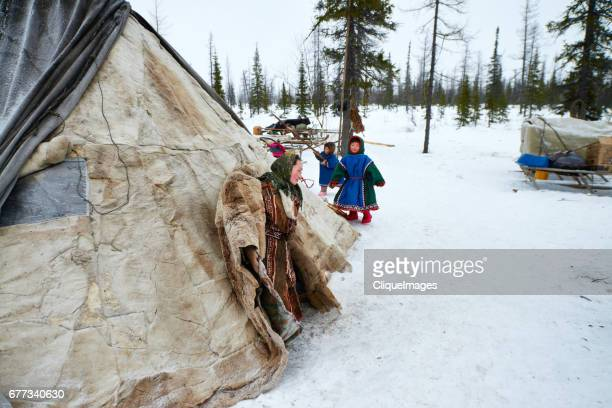 in nomadic camp of siberian reindeer herders - cliqueimages photos et images de collection
