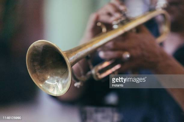 オールド・ハバナでは、キューバのミュージシャンの手をクローズアップしながらトランペットを吹いています。 - トランペット ストックフォトと画像