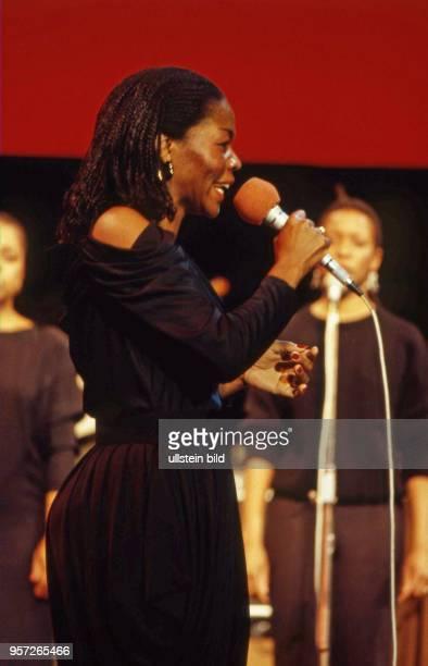 In Ostberlin findet 1986 im Palast der Republik das Festival des Politischen Liedes statt - hier die Sängerin Letta M _ Bulu aus Südafrika ,...