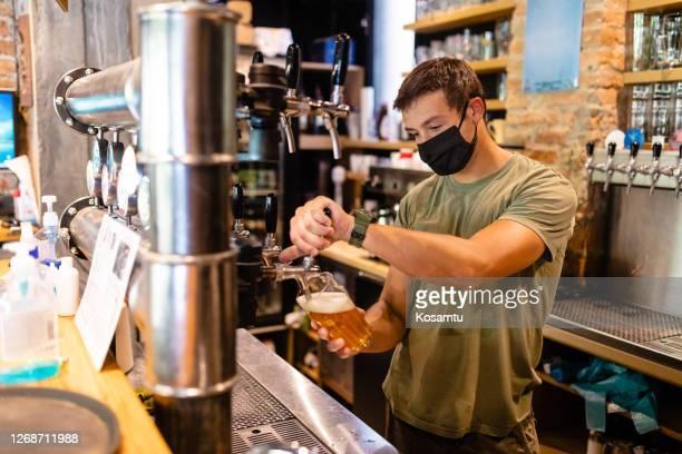 in unserer brauerei finden sie frisches hausgemachtes bier aller art - corona beer stock-fotos und bilder