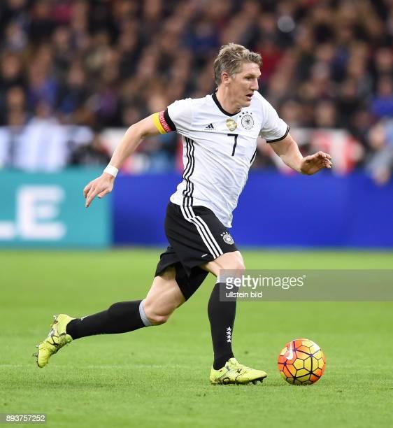 FUSSBALL INTERNATIONAL TESTSPIEL in Paris SaintDenis im Stade de France Frankreich Deutschland Bastian Schweinsteiger mit Ball