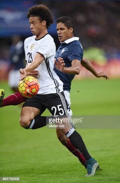 FUSSBALL INTERNATIONAL TESTSPIEL in Paris SaintDenis im Stade de France Frankreich Deutschland Leroy Sane mit Ball gegen Raphael Varane