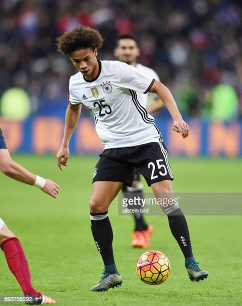 FUSSBALL INTERNATIONAL TESTSPIEL in Paris SaintDenis im Stade de France Frankreich Deutschland Leroy Sane am Ball