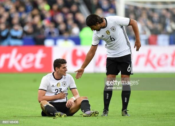 FUSSBALL INTERNATIONAL TESTSPIEL in Paris SaintDenis im Stade de France Frankreich Deutschland Mario Gomez am Boden und Sami Khedira