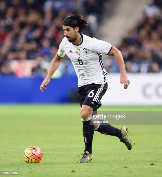 FUSSBALL INTERNATIONAL TESTSPIEL in Paris SaintDenis im Stade de France Frankreich Deutschland Sami Khedira am Ball