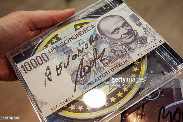 In photo a fake banknote autographed which refers to the song of Max Pezzali 'Con un deca' of 2012 in collaboration with Club Dogo