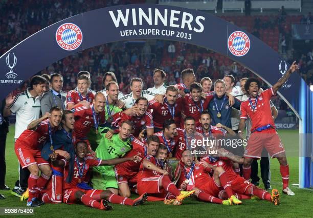 FUSSBALL INTERNATIONAL SUPERCUP 2013 in Prag FC Bayern Muenchen FC Chelsea London Siegerbild Team FC Bayern Muenchen mit Pokal...