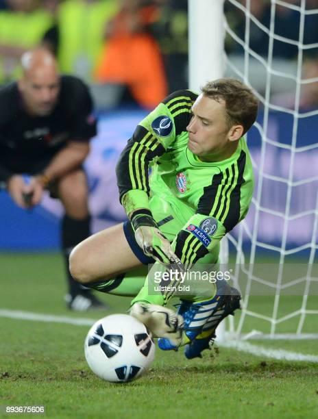 FUSSBALL INTERNATIONAL SUPERCUP 2013 in Prag FC Bayern Muenchen FC Chelsea London Torwart Manuel Neuer haelt den Elfmeter von John Mikel Obi