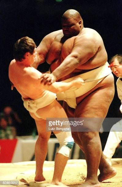 WM 1999 in Riesa Der 312 kg schwere Emanuel YARBROUGH/USA siegt gegen den 83 kg leichten Schweizer Eric HALDI