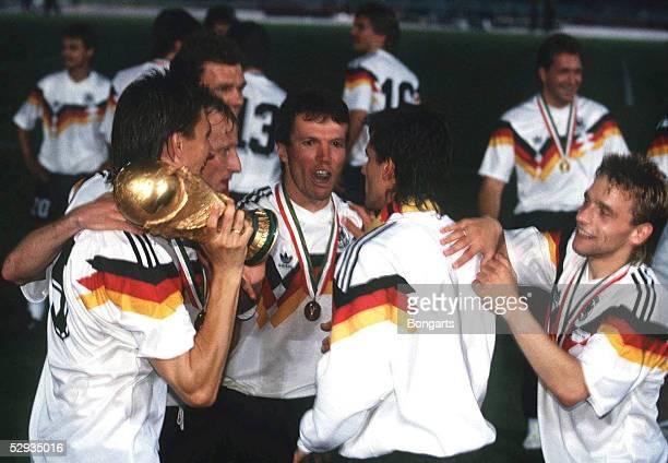WM 1990 in Rom Deutschland wird Fussballweltmeister 1990 vlks Klaus AUGENTHALER mit WM Cup Andreas BREHME Lothar MATTHAEUS Pierre LITTBARSKI Thomas...