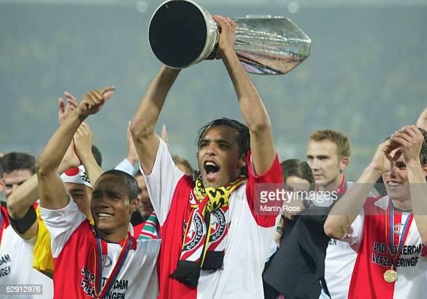 FINALE 2002 in Rotterdam 080502 FEYENOORD ROTTERDAM BORUSSIA DORTMUND 32 FEYENOORD ROTTERDAM UEFA CUP SIEGER 2002 Pierre VAN HOOJDONK/Rotterdam mit...