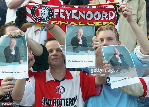 FINALE 2002 in Rotterdam 080502 FEYENOORD ROTTERDAM BORUSSIA DORTMUND Rotterdam Fans mit Bildern des ermordeten Politikers 'PIM FORTUYN '