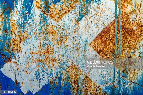 x in rusty blue metal - vicente méndez fotografías e imágenes de stock