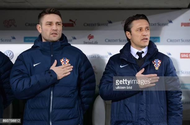 FUSSBALL INTERNATIONALES TESTSPIEL in Sankt Gallen Schweiz Kroatien Trainer Niko Kovac und Trainer Robert Kovac bei der Nationalhymne