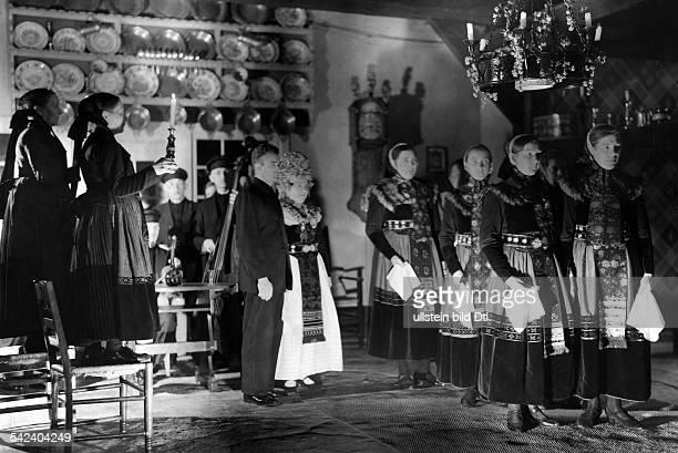 in Scheessel in der Rotenburger HeideDer traditionelle Brauttanz als Bitte andie Göttin Freya die Braut auf ihremLebensweg zu segnen 1933Fotografie...