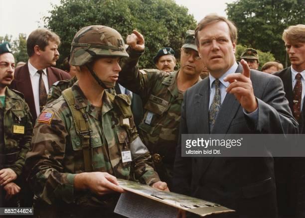 In seinem Amt als Bundesminister für Verteidigung besucht Volker Rühe die NATOÜbung 'Cooperative Bridge 1994' in Posen Polen Von amerikanischen...
