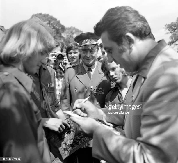 """In seiner Eigenschaft als Erster Sekretär des Zentralrats der FDJ nimmt Egon Krenz im August 1974 in Neubrandenburg am GST-Feldlager """"Signal DDR 25""""..."""
