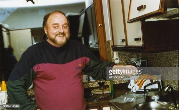 In seiner Küche am Herd brät der Handballtrainer Vlado Stenzel Würstchen