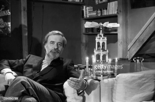 """In seiner ZDF Sendung """"Wiedersehen macht Freude"""" präsentiert Elmar Gunsch Ausschnitte aus beliebten Filmen, Ende 1970er Jahre."""